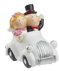 Hochzeitspaar im Auto